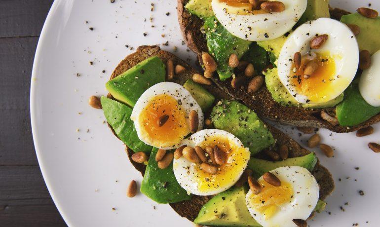 Филийки с авокадо и яйца