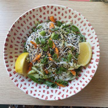 Нудълс с пиле и зеленчуци